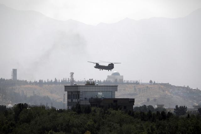 ▲ 미국 헬기가 아프간 미대사관 건물 위를 비행하고 있다.