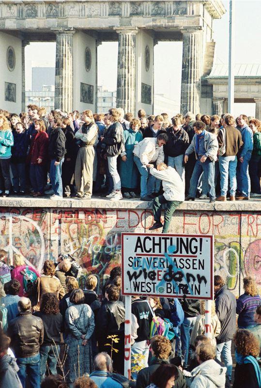 ▲ 베를린 장벽 붕괴로 독일 통일 이루다.