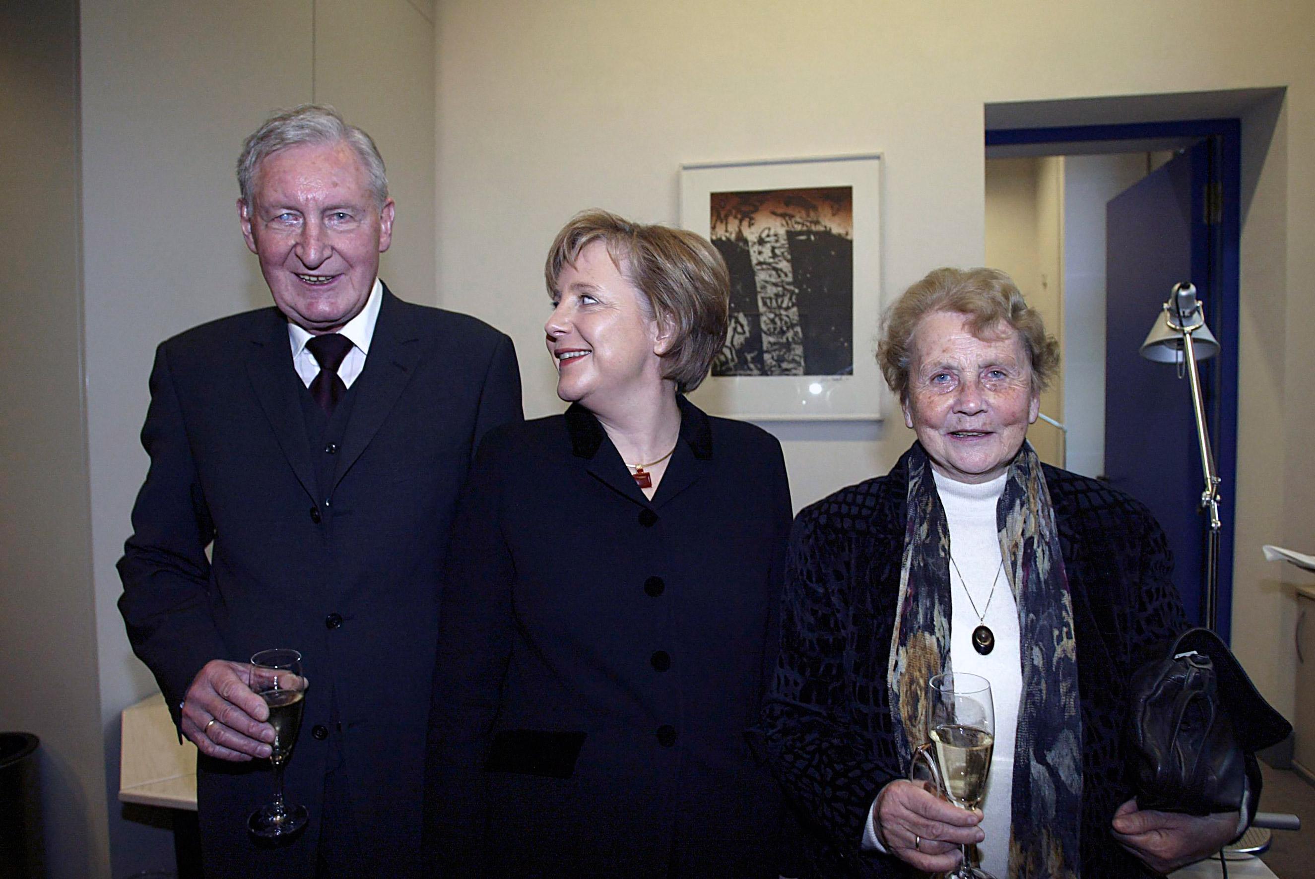 ▲ 메르켈 총리(중앙)와 아버지 카스너 목사와 어머니
