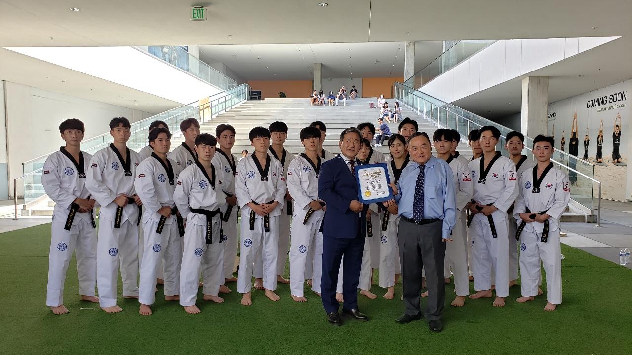 ▲ 박동우 보좌관(앞줄 오른편)이 태권도인들과 함께하고 있다.