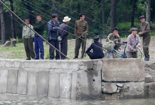 -둑에-나와있는-북한-주민들.png