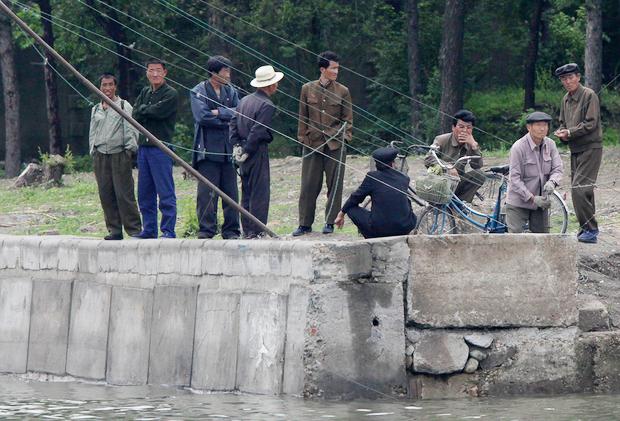압록강 둑에 나와있는 북한 주민들